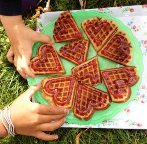 glutenfrie og melkefrie vafler, barn i gresset som spiser vafler