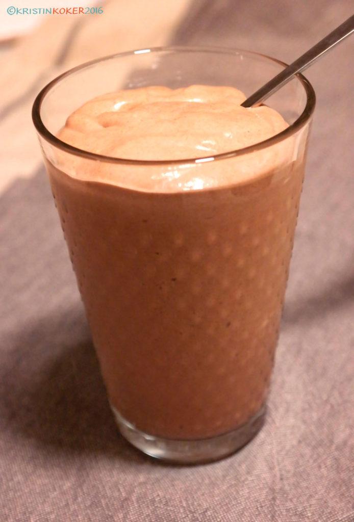 sjokoladeproteinsmoothie uten melk og gluten, melkefri proteinsmoothie med sjokolade og peanøttsmør