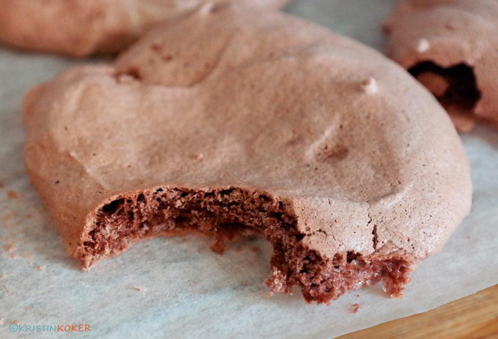 sjokolademarengs som det er tatt en bit av. Seige og søte.