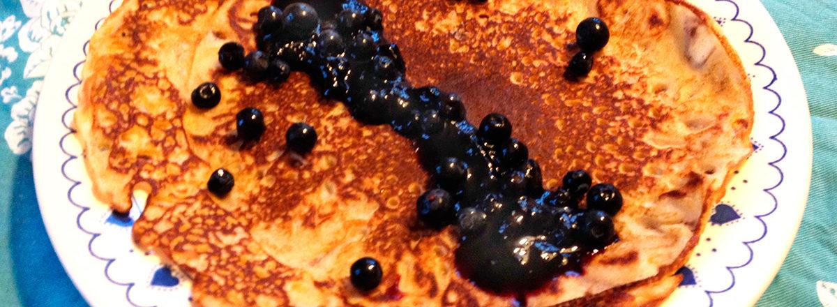 Pannekaker uten melk og gluten, med blåbærsyltetøy.