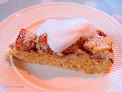 kakestykke av eplekake, med krem