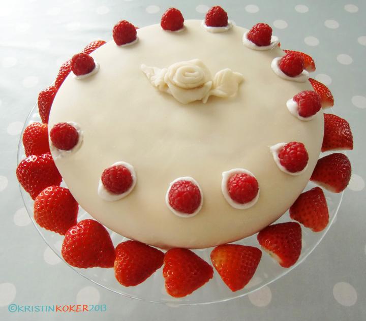 Marsipankake uten melk og gluten, pyntet med jordbær