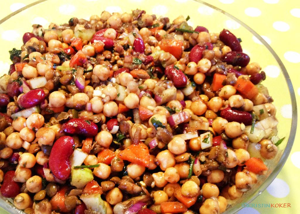 bønnesalat med blandede bønner og linser.