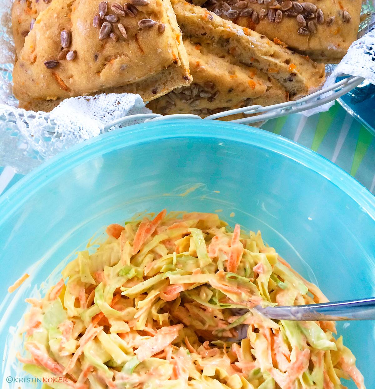 hjemmelaget italiensk salat servert med nybakte glutenfrie gulrotruter.