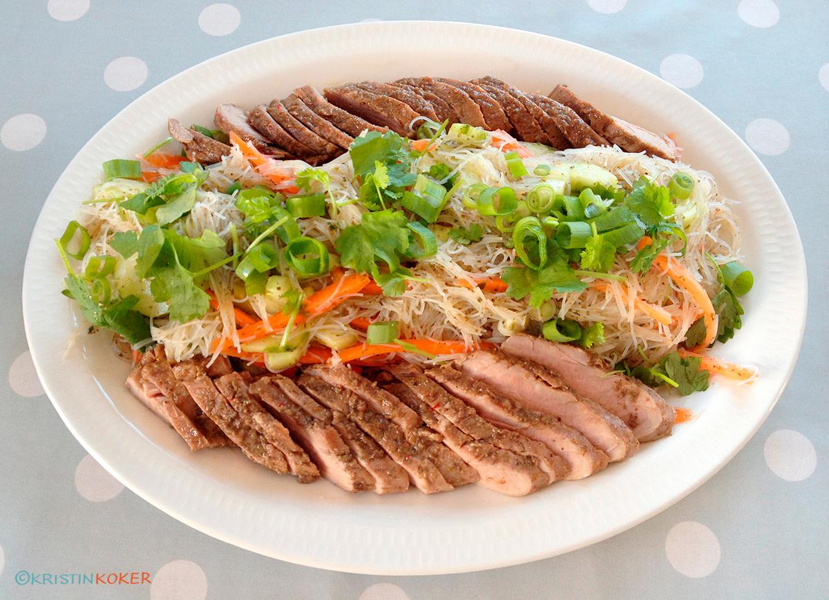 Grillet svinefilet med femkrydder og risnudelsalat