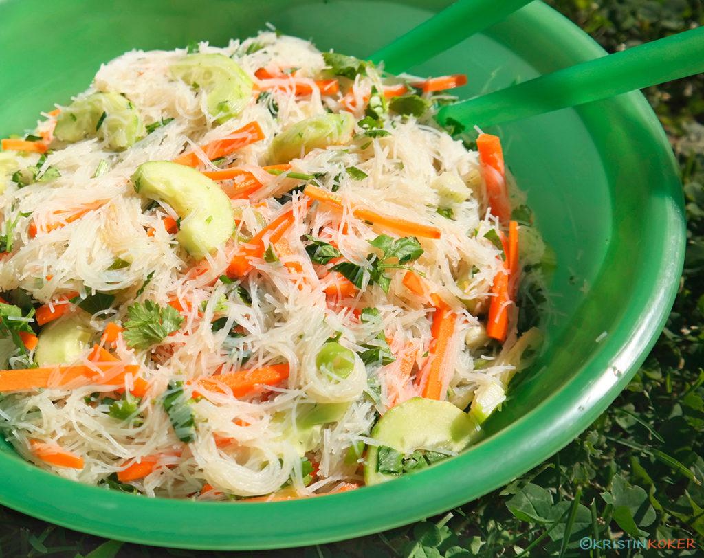 Asiatisk risnudelsalat med koriander og chili