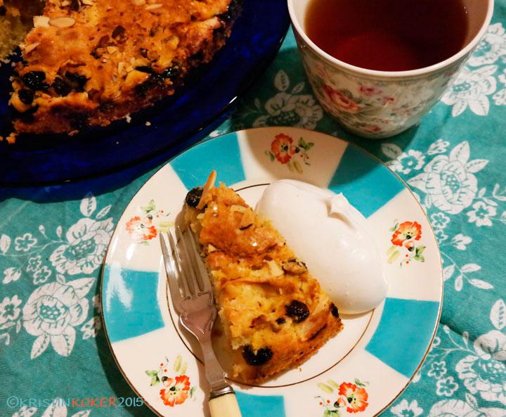eplekake rom rosin servert på mønstret tallerken, med tekopp og kakefat