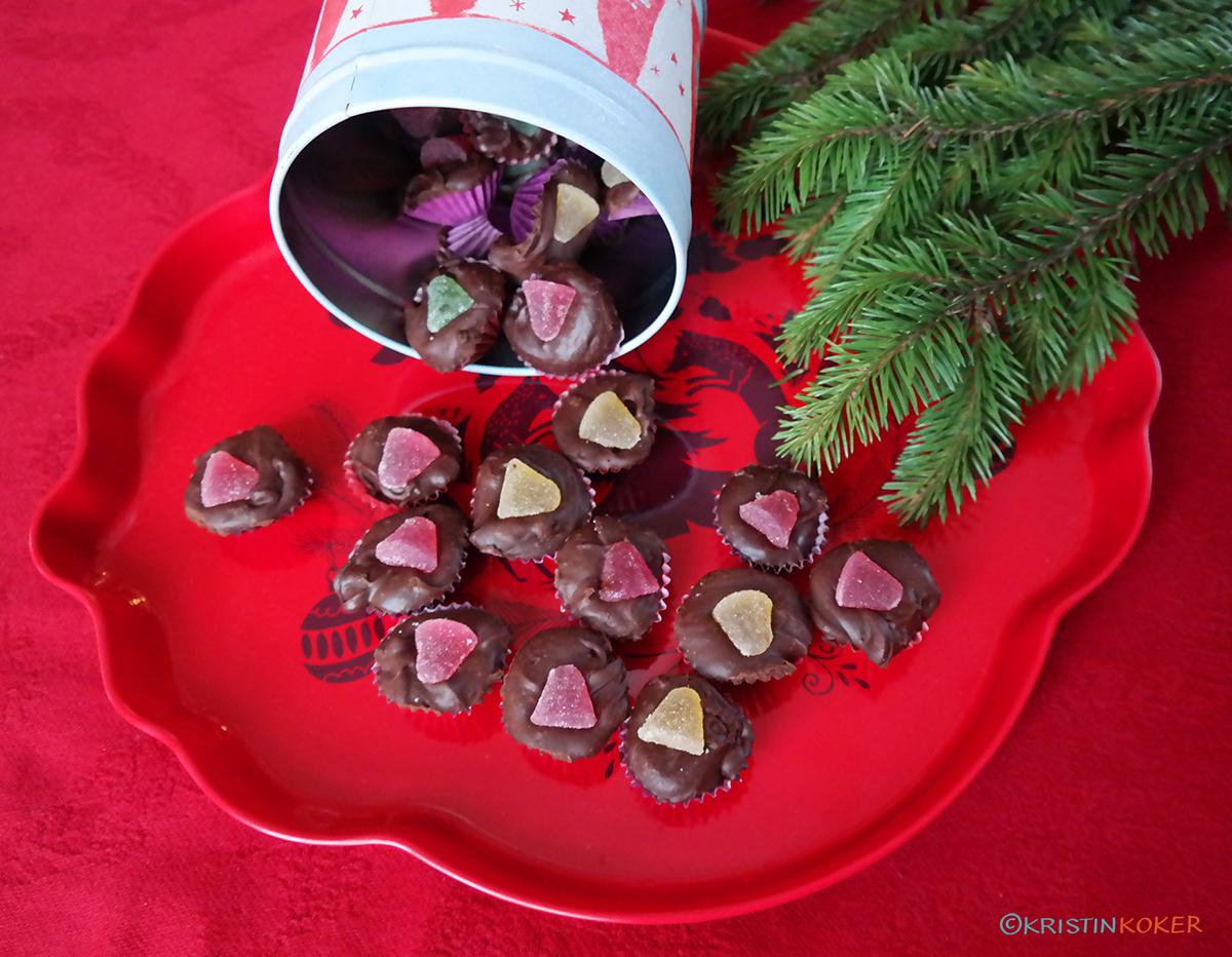 issjokolade på brett med grangrener