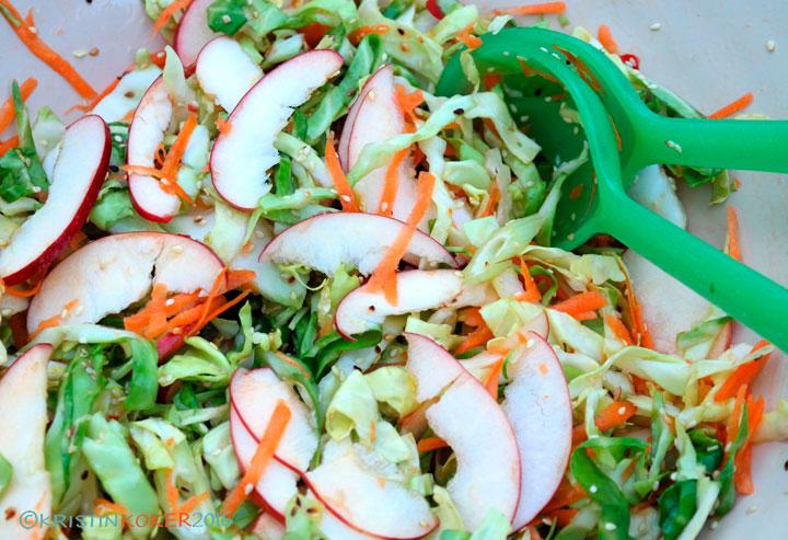 coleslaw med søt chilisaus og sesamfrø