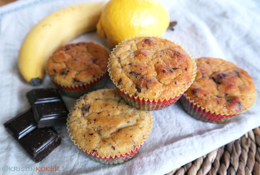 glutenfrie og melkefrie bananmuffins med sitron, vanilje og sjokoladebiter. sjokoladebiter, banan og sitron sammen med muffinsene.