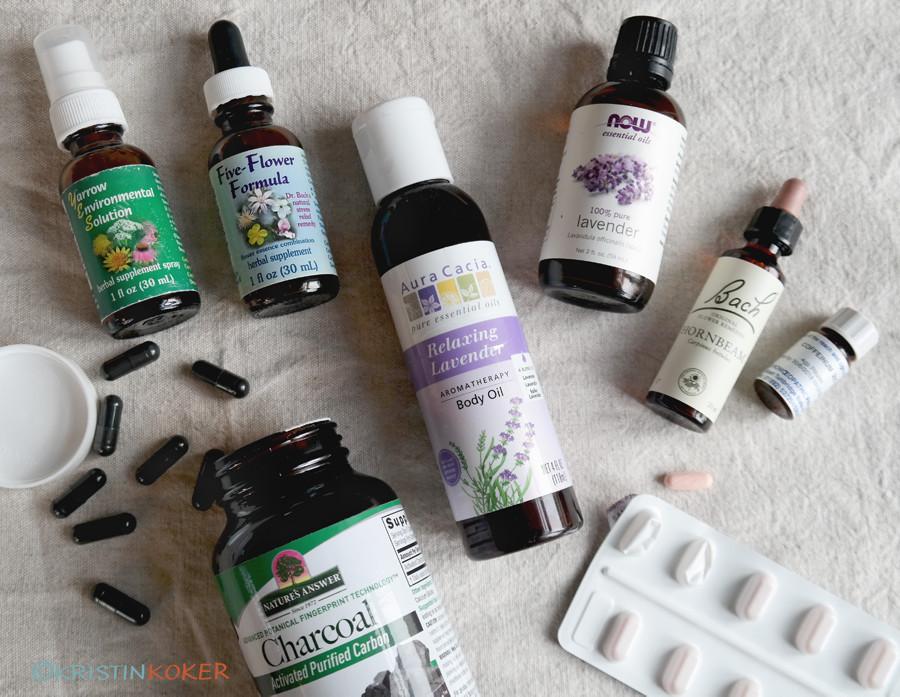 Mitt lille husapotek med naturlige midler til hjelp for plager i hverdagen. Urter, oljer og naturmidler.