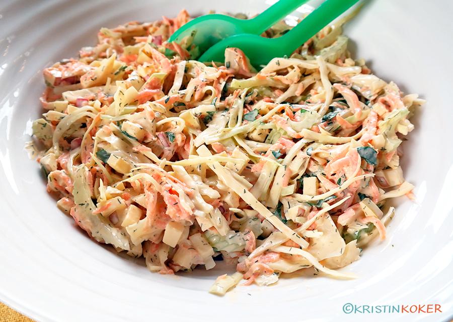 Coleslaw, kremet kålsalat uten melkeprodukter, servert i salatbolle.