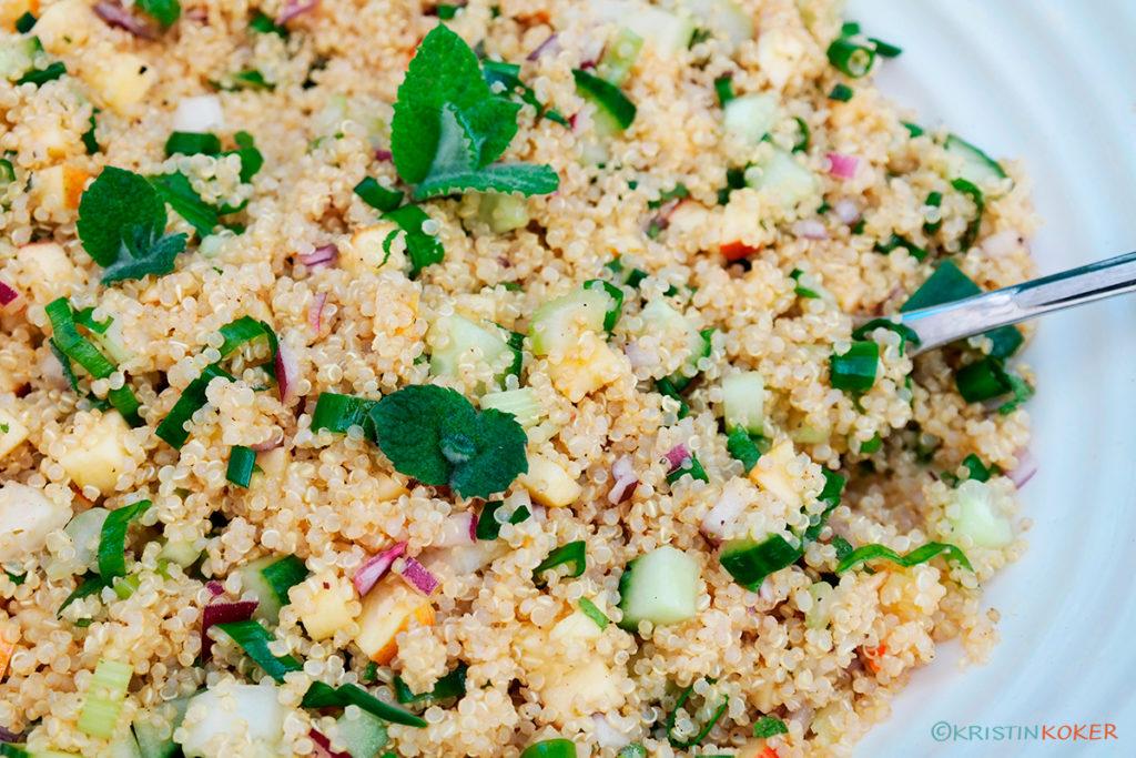 Quinoasalat med mynte og vårløk fra hagen, med hakket eple og appelsindressing