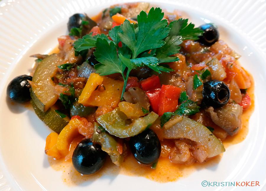 Hjemmelaget ratatouille av friske grønnsaker, med svarte oliven og persille