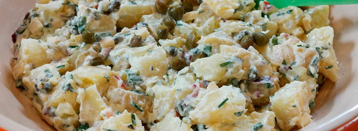 kremet potetsalat med majonesdressing, kapers og urter, uten melkeprodukter