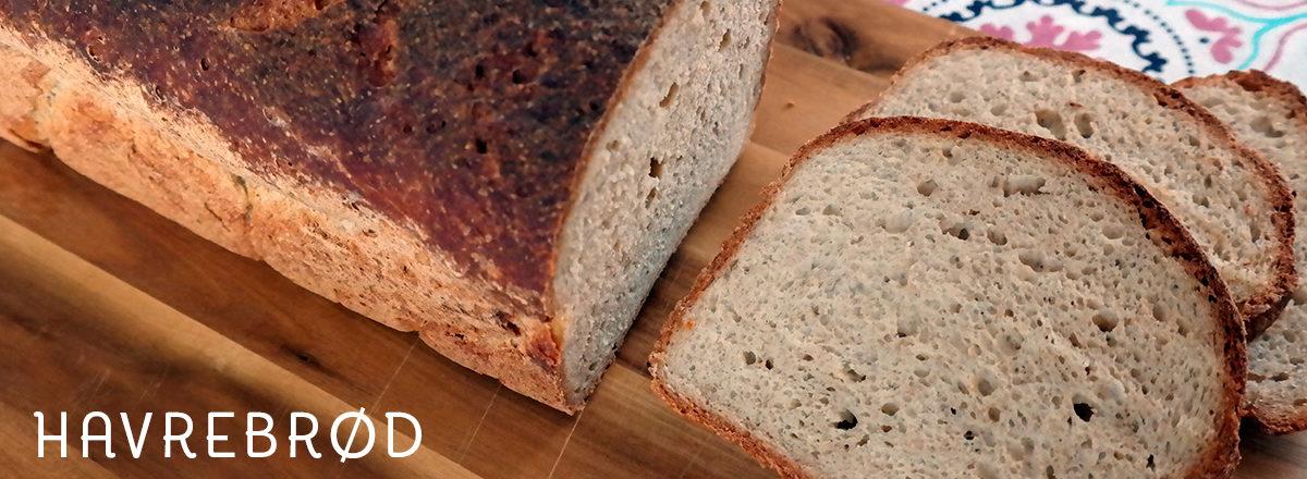 Glutenfritt havrebrød med hirse og honning, på brødfjøl.