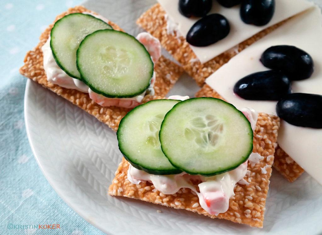 salte sesamkjeks med pålegg, ost og druer, rekesalat, agurk