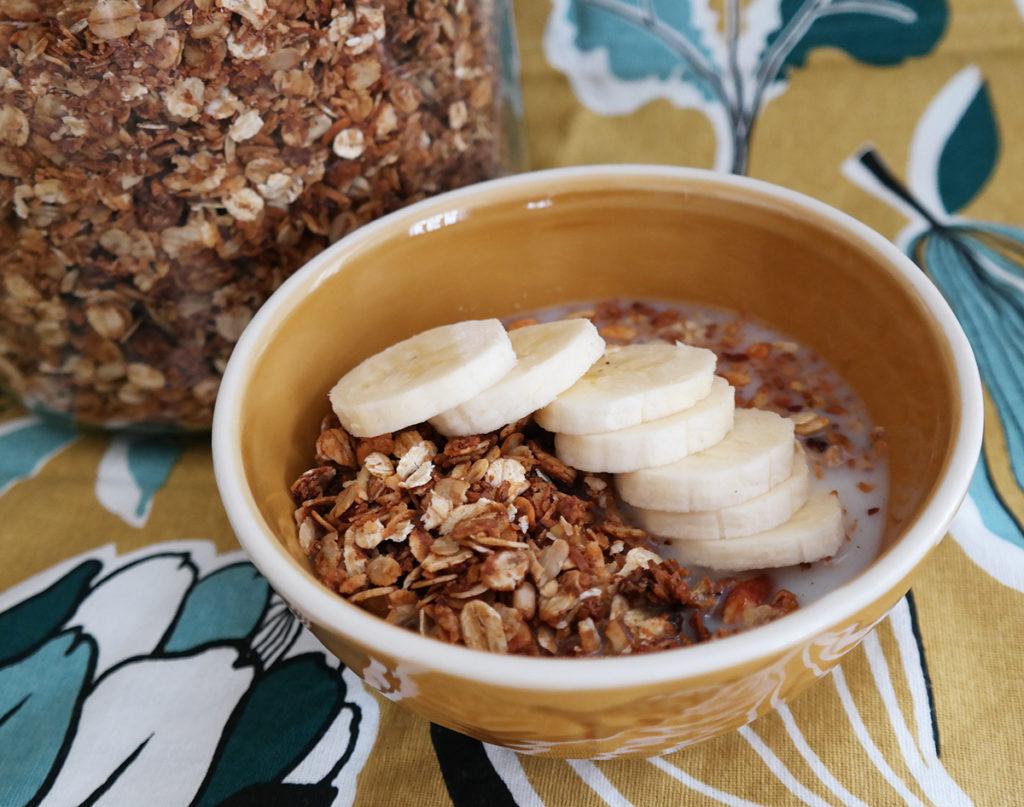 Glutenfri granola med banan og glutenfri havre.