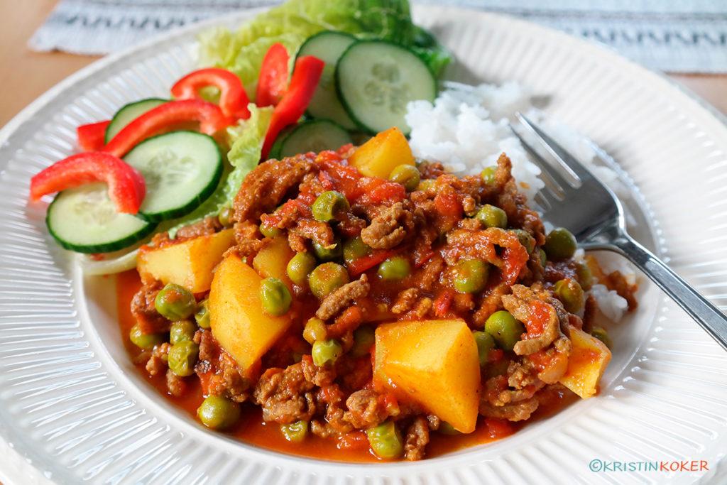 kima curry eller kjøttdeigkarri med poteter og erter.