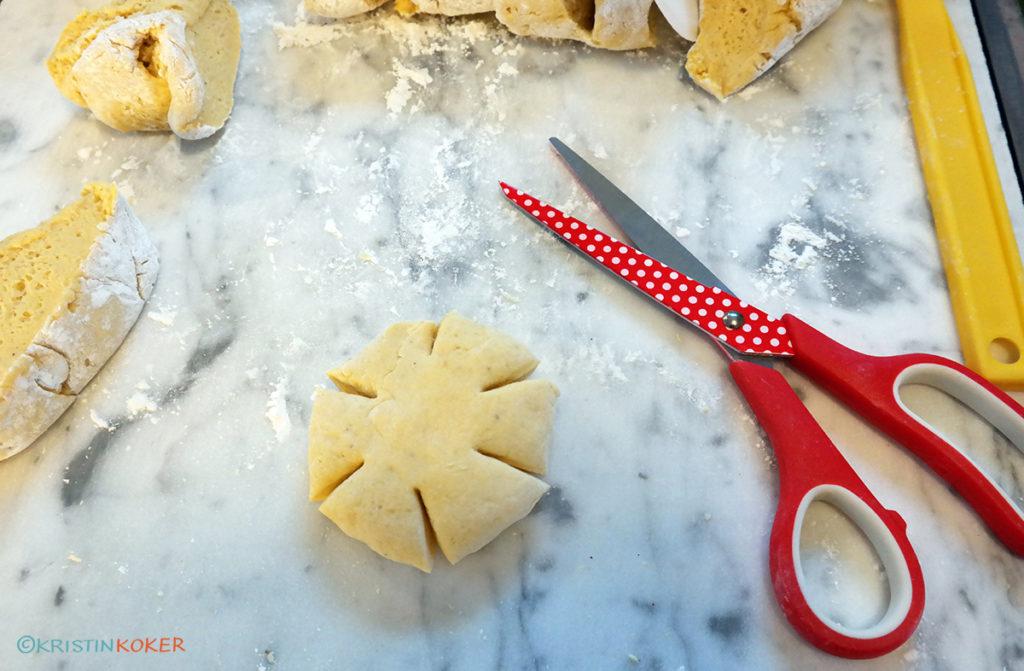 Gresskarbollene klippes med saks for å få gresskarform.