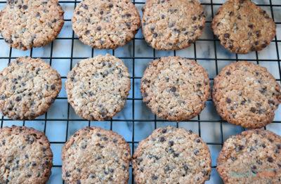 nystekte glutenfrie sjokokadecookies med peanøttsmør og kokos