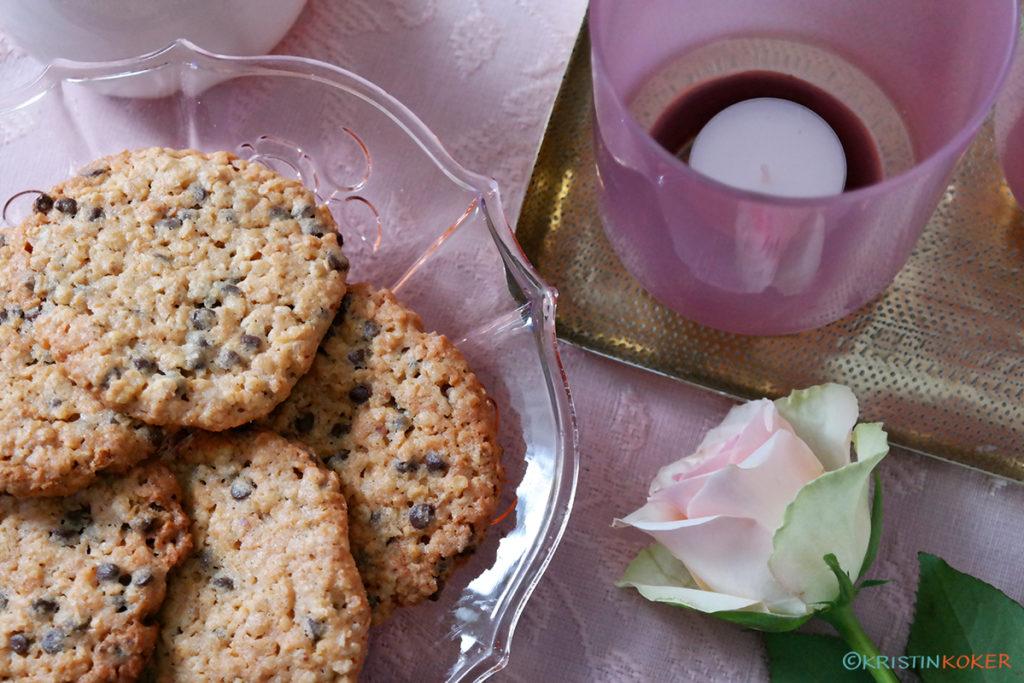 Nybakte cookies med sjokoladedråper, peanøttsmør og kokos