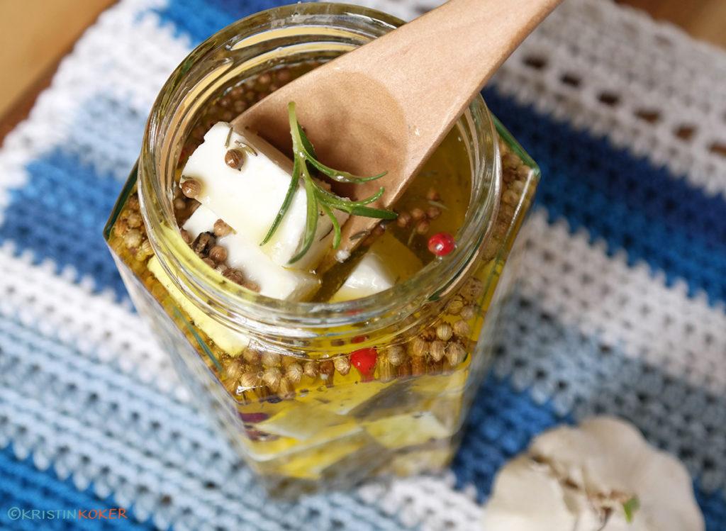 vegansk feta marinnert i olivenolje, med hvitløk og urter.