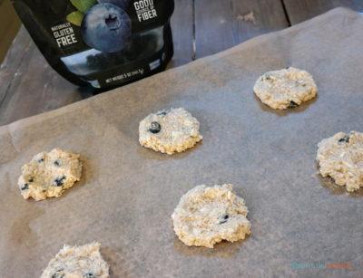 glutenfrie havrekjeks med blåbær klare for steking