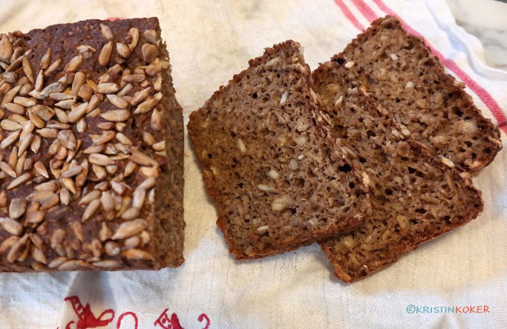 mørkt glutenfritt brød med havre