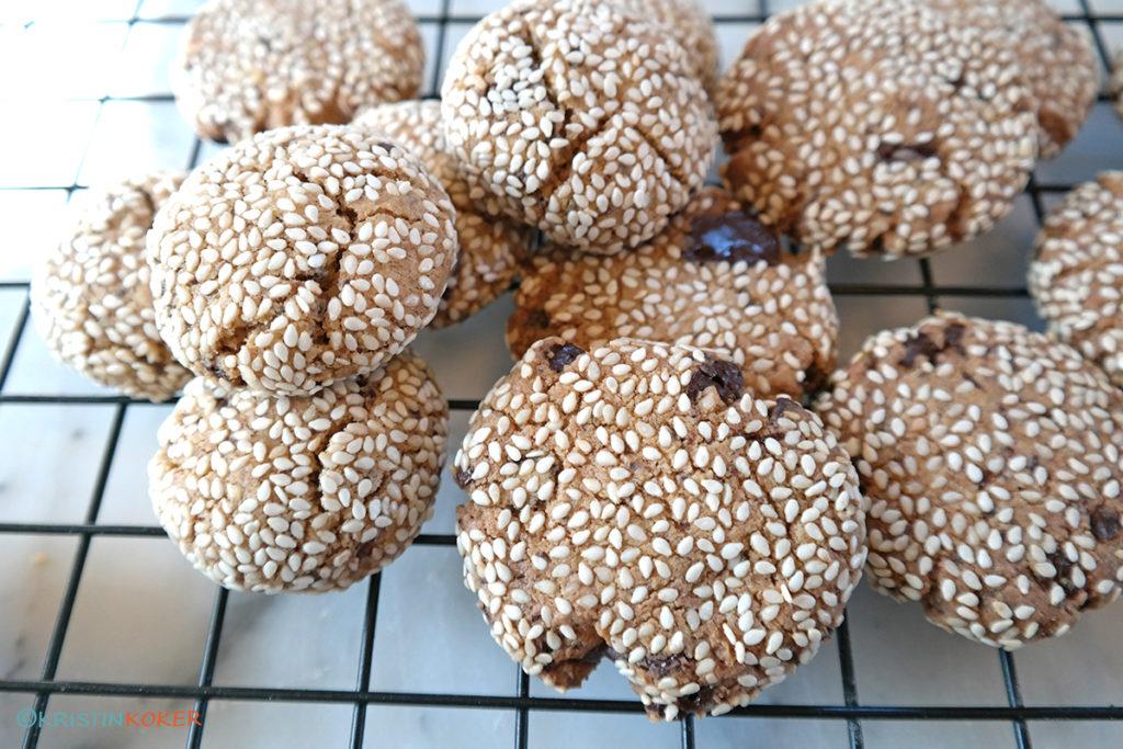 glutenfrie cookies med tahini, sesamfrø og sjokolade