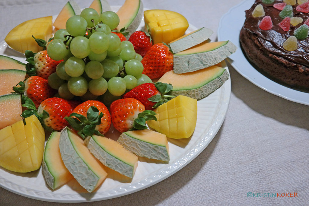 fruktfat og sjokoladekake