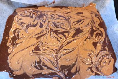 brownie med peanøttsmør i fint marmoreringsmønster.
