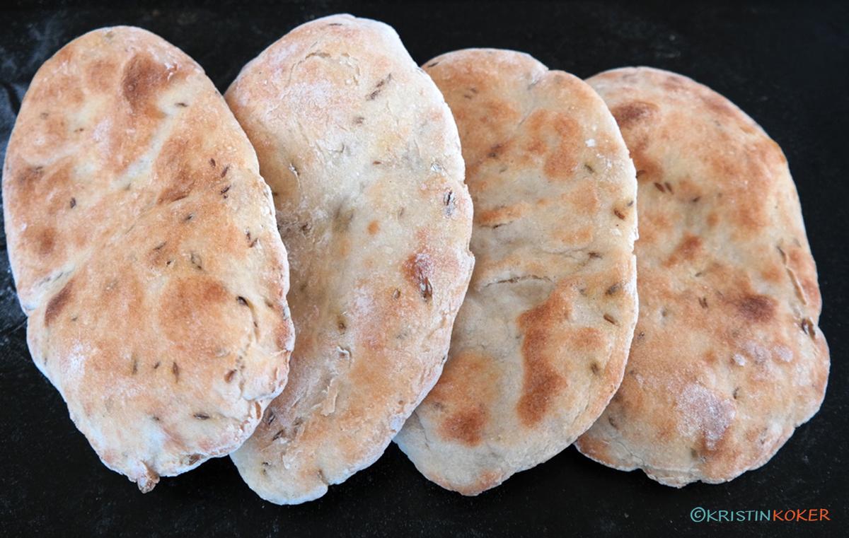 glutenfrie flate naanbrød med spisskummen og yoghurt